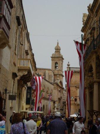 """Pembroke, Malta: une des rues principales Villegaignon Street """"sous réserve"""""""