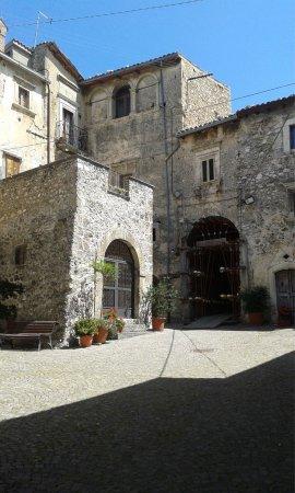 Calascio, Italia: Piazza Reggina Margherita