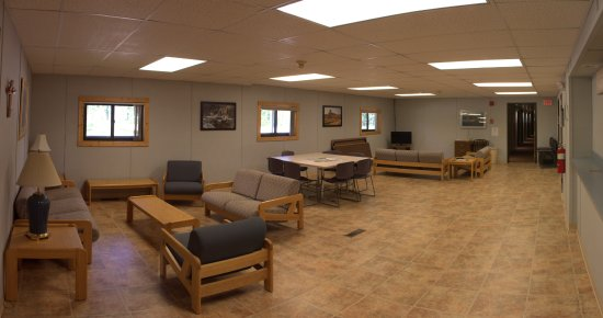 Newcastle, WY: Commons area with cable tv
