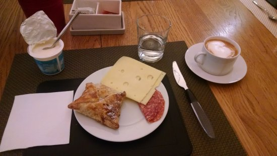 Domus Cavour: Breakfast with a delightful pastry and a cappuccino!
