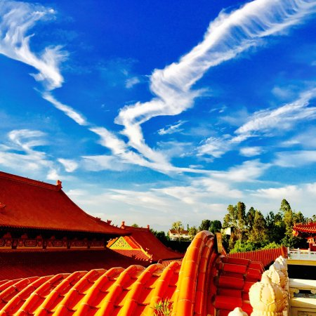 Hacienda Heights, Kalifornien: Amazing sky and cloud formatting at Fo Guang Shan Hsi Lai Temple.
