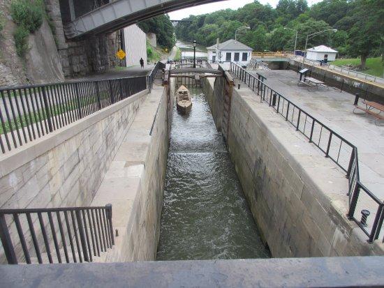 Lockport, Nova York: It shows how the boat goes through