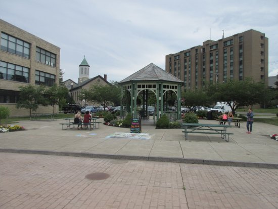 Lockport, Nova York: Plaza for visitors to sit and rest after climbing up and down the locks
