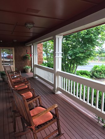 Saratoga Inn: Sip your wine here, overlooking the water passage across the street.