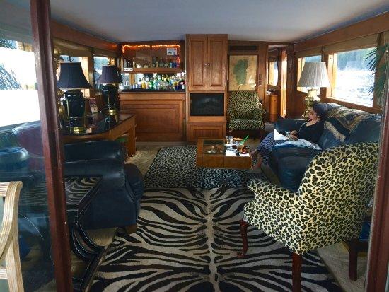 Zephyr Cove, نيفادا: The salon with bar at rear.