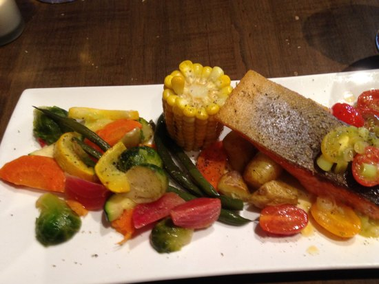 Lindsay, Canadá: Trout with vegetables and baby potatoes!