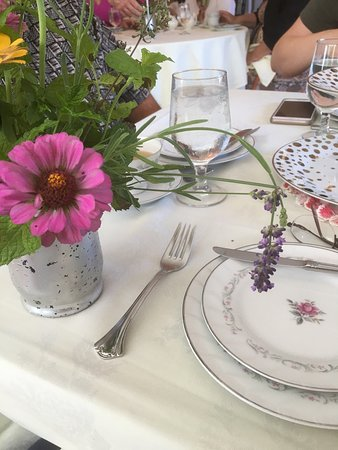 Berryville, Wirginia: Elegant tea with seasonal flowers