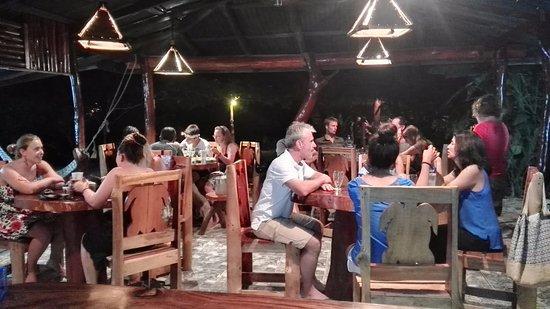 Drakes Kitchen, Casa El Tortugo: Restaurante de noche...!