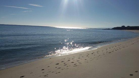 Foz, Spania: Vista de la playa de Llás a primera hora de la mañana