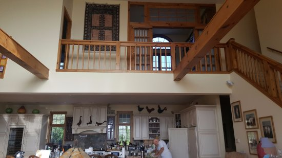 Jamaica, VT: Great room into Kitchen with view to upstairs!