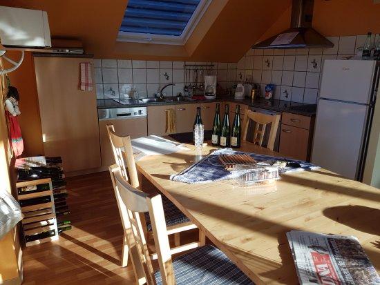 Mittelwihr, Francia: 15 juin 2017. Premiers rayons de soleil dans la cuisine du gîte