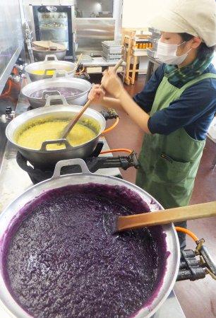 Suooshima-cho, Japan: ジャムの煮込み風景です