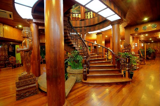 Ta Prohm Hotel: Spiral staircase at the lobby area