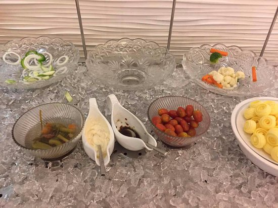 EdenStar Saigon Hotel: Empty plates never filled up.