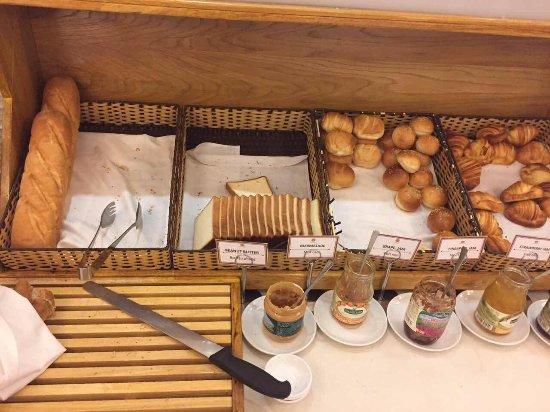 EdenStar Saigon Hotel: Poor selection of bread and bakery.