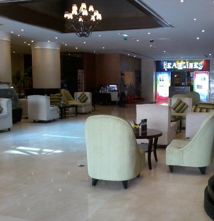 Mercure Gold Hotel : Lobby y al fondo bar y sala de entretenimientos.
