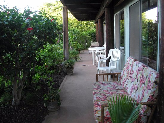 Ka Hale Mala B&B: The wrap around lanai with views up to the mountain or garden.