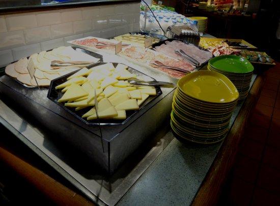 Assevillers, France: Buffet Petit-Déjeuner  Pôle salé