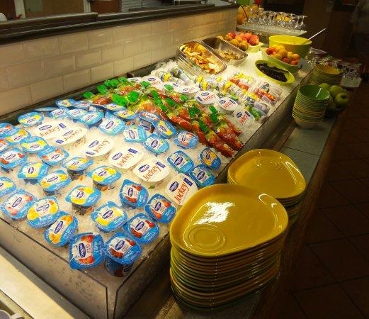 Assevillers, Francia: Buffet Petit-Déjeuner  Pôle énergie : laitages et fruits