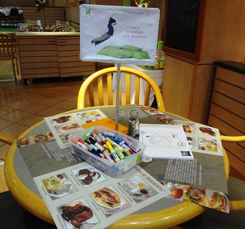 Assevillers, Francia: Salle Petit-Déjeuner  Table animation enfants