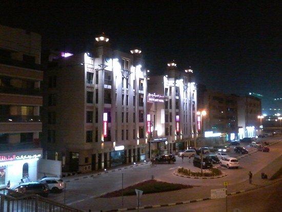 Mercure Gold Hotel : Vista del hotel y parking externo.