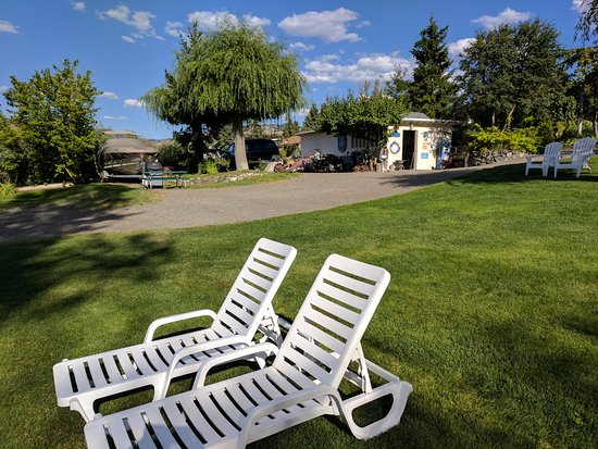 Savona, Canada: Lots of soft green grass, places to relax and super clean and maintained