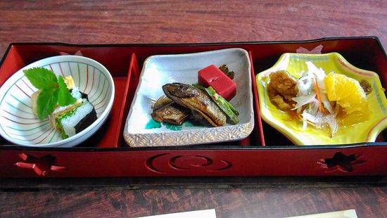 Higashiomi, Japan: イワナの付きだし、お寿司、甘露煮、南蛮