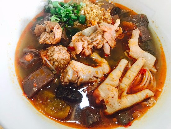 Wiang, Thailand: Kanom Jeen Nam Ngeaw (POCK+CHICKEN LEGS) ขนมจีนน้ำเงี้ยวหมู+ตีนไก่