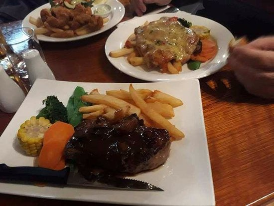 Warragul, ออสเตรเลีย: veal parma, steak and calamari