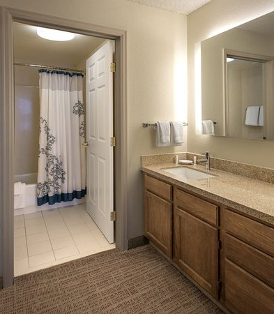 Lakewood, CO: Suite Bathroom