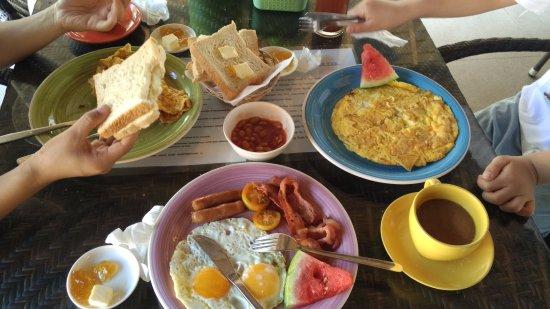 Slam's Garden Resort: 早餐(法式培根煎蛋、美式蛋卷、菲式)