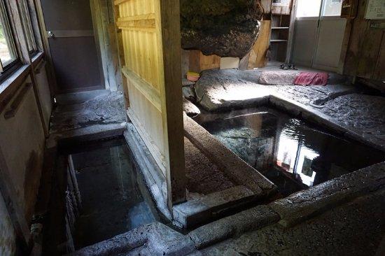 Minamiaizu-machi, Giappone: 湯船(右が熱くて左が温い)