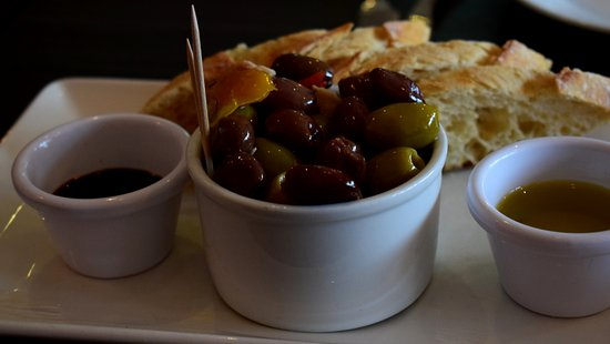 Eccles, UK: Olives and Crusty Bread with Olive Oil and Balsamic for dipping