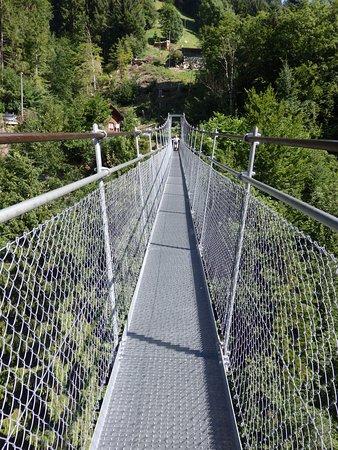 Frutigen, Switzerland: Fussgaenger-Hangebruecke, el puente a lo largo.