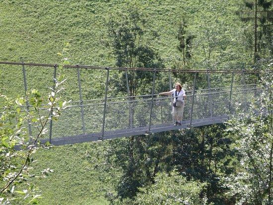 Frutigen, Switzerland: Fussgaenger-Hangebruecke, en medio del puente colgante.