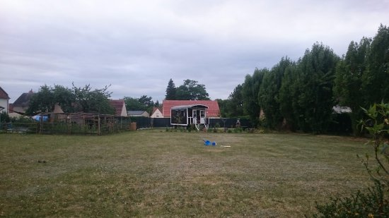 Sambin, France : La roulotte familiale vue du camping nomade.