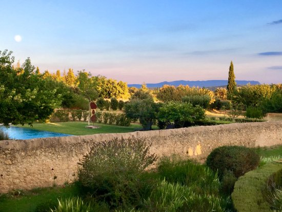 Cucuron, France: The Swimming pool on the side of the Grand garden, with Cezanne Ste Victoire on the back