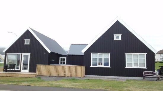 """Grenivik, Iceland: En medio hay una """"mini""""piscina exterior con agua caliente"""