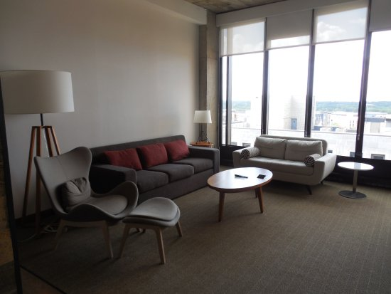 Eau Claire, WI: Sitting area room 803