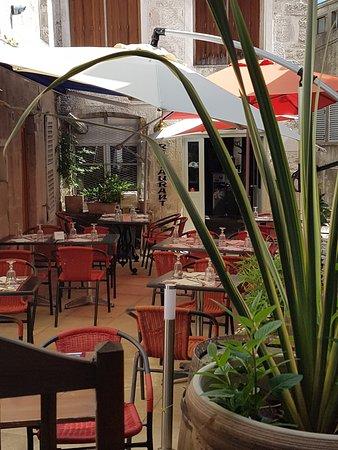 Chaumont, Frankrike: Terasse en plein centre ville mais pas sur le trottoir