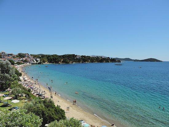 Megali Ammos Beach: Vista del promontorio su cui comincia ad abbarbicarsi la cittadina di Skiathos