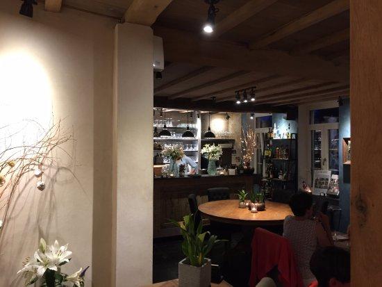 Zingem, Belgique : Zicht op het platform, bijzonder prettig romantische tafel (met venster)