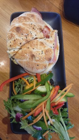 Geeveston, Australien: Ham, cheese, tomato and chutney pita with a side salad