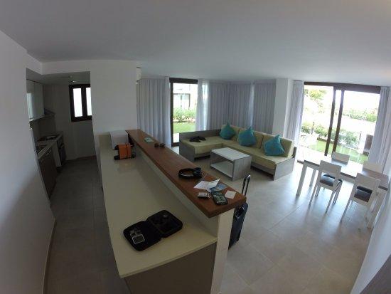 Cucina con salotto e finestre con accesso sul giardino - Foto di ...