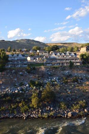 Yellowstone's Absaroka Lodge: Lodge vista fiume