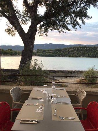 La Motte-d'Aigues, Frankrike: Superbe table sur la terrasse à côté du lac et du coucher de soleil !