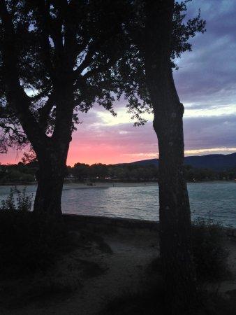 La Motte-d'Aigues, Frankrike: Le magnifique coucher de soleil que l'on peut admirer depuis le restuarant