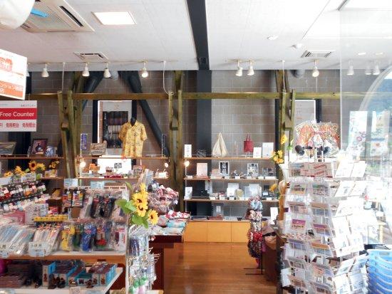 店内から眺めた小倉織りの売り場