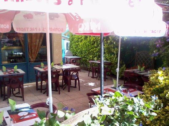 Romilly-sur-Seine, Francia: Terrasse ombragée