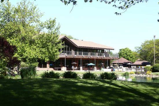 White Pines Golf Club: View of 37 Bar & Grill Patio and Clubhouse